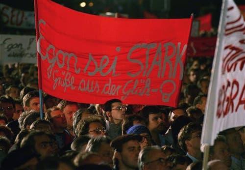 Demonstranten halten ein Plakat «Egon sei stark» in die Höhe. (Bild: Lutz Schmidt / Keystone, 10. November 1989)