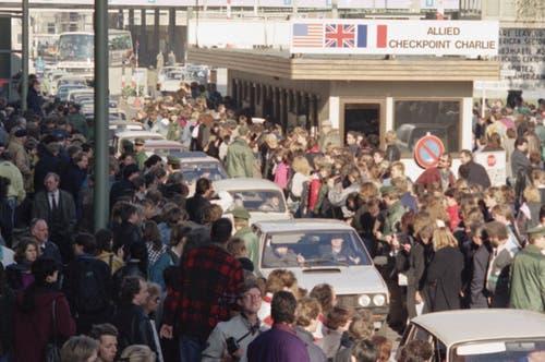 Ostberliner werden bei der Überquerung der Grenze in ihren Autos von ihren Westberliner Nachbarn bejubelt. (Bild: Thomas Kienzle / Keystone, 10. November 1989)
