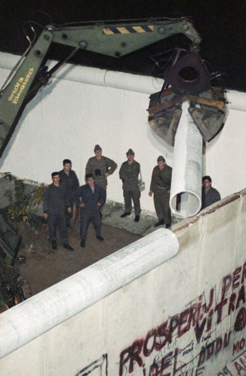 Teile der Mauer werden entfernt. (Bild: Udo Weitz / Keystone, 9. November 1989)