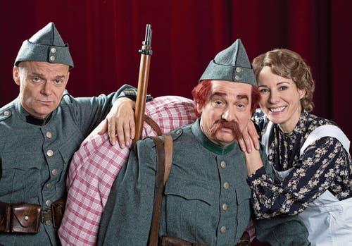 Der neue Läppli: Gilles Tschudi als Hd-Soldat Läppli mit Caroline Rasser als Frau Müller und Roland Herrmann als Mislin. Bild: Mimmo Muscio