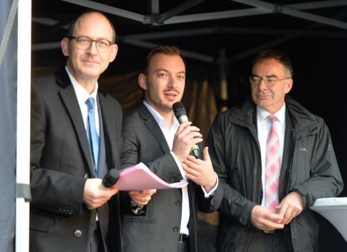 Florian Wussmann, Präsident der Studentenschaft (mit Mikrofon), und HSG-Rektor Thomas Bieger (rechts) bringen den Spatenstich mit der Zukunft des Lernens in Verbindung.