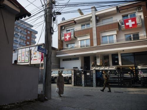 Dieses grosszügige Wohnhaus in Prizren ist für sechs Monate das Zuhause der neun Schweizer Soldaten des Liaison and Monitoring Teams (LMT). Verlassen dürfen sie es nur bewaffnet und in Uniform, Ausgang gibt es nicht. (Bild: Keystone/JEAN-CHRISTOPHE BOTT)