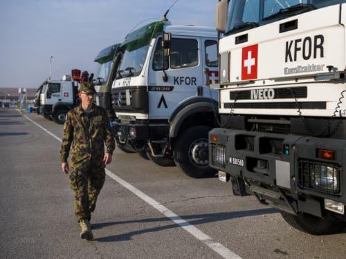Hauptmann Jedelhauser inspiziert den Swisscoy-Wagenpark in Novo Selo mit 120 Fahrzeuge, darunter fünf Sattelschlepper, zwei Kranlastwagen und einen Unimog zur Strassenreinigung und zum Schneeräumen. (Bild: Keystone/JEAN-CHRISTOPHE BOTT)