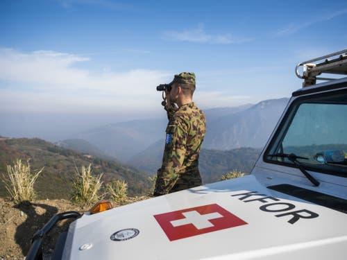 Oberleutnant Mirko Della Pietra kontrolliert in den Bergen oberhalb von Prizren, ob die Strassen befahrbar und frei von Blockaden sind. Auch das ist eine Aufgabe der Swisscoy-Soldaten. Denn die Kfor muss auch dafür sorgen, dass allen Einwohnern des Kosovos Bewegungsfreiheit garantiert ist. (Bild: Keystone/JEAN-CHRISTOPHE BOTT)