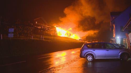 Die Produktionsstätte stand in Flammen. (Bild: BRK News)
