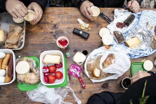Schützen beim Frühstück. (Bild: Alexandra Wey / Keystone, Rütli, 6. November 2019)
