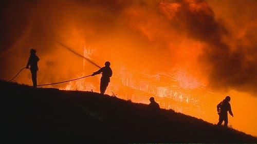 Die Feuerwehr ist mit den Löscharbeiten beschäftigt (Bild: BRK News)