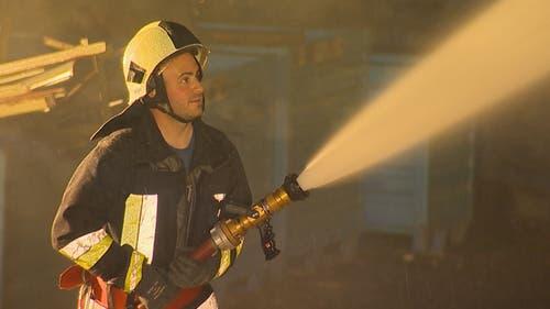 Ein Feuerwehrmann im Einsatz. (Bild: BRK News)