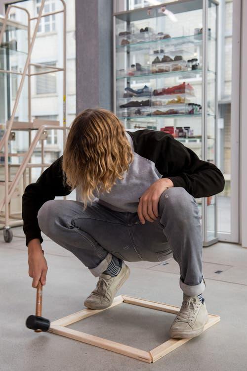 Ein Student arbeitet im Raum für Farbe. (Bild: Freie Fotografin/Eveline Beerkircher)