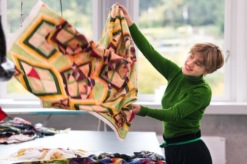 Nina Orgiu, studiert Textildesign an der Hochschule für Design und Kunst in der Viscosistadt in Emmenbrücke. Hier ist sie in der Druckwerkstatt.(Bild: Freie Fotografin/Eveline Beerkircher)