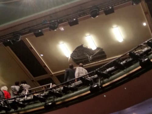 Im Oberrang des Theaters krachte ein Stück Gipskarton aus der Decke. Drei Männer und zwei Frauen wurden leicht verletzt. (Bild: KEYSTONE/AP Kieran Dunn)
