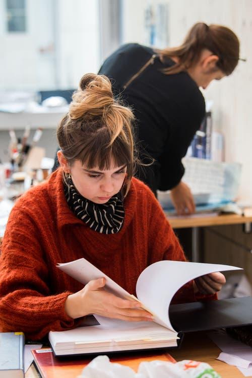 Textildesigner bei der Arbeit. (Bild: Freie Fotografin/Eveline Beerkircher)