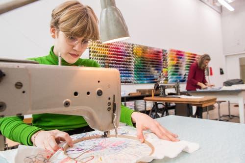 Nina Orgiu, studiert Textildesign an der Hochschule für Design und Kunst in der Viscosistadt in Emmenbrücke. (Bild: Freie Fotografin/Eveline Beerkircher)