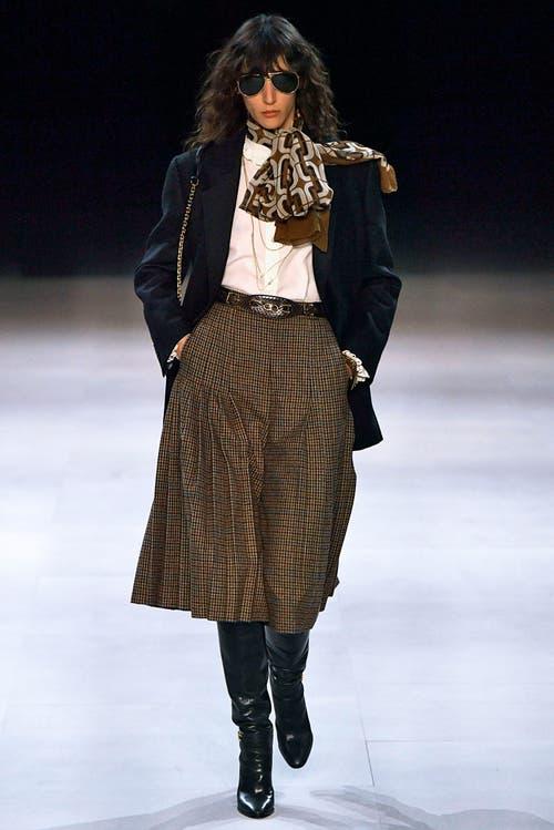 Trumpf ist der Jupe von Céline. Designer Hedi Slimane liess sich von der Pariser Mittelklasse der 1970er inspirieren. Bild: Getty Images