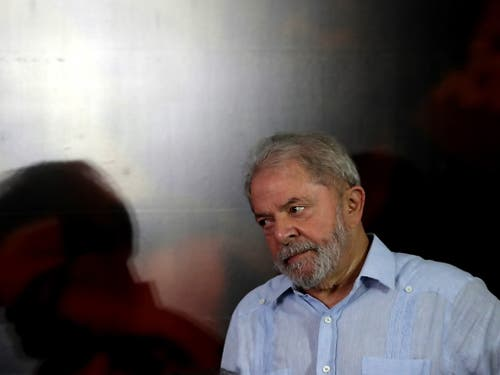 Wegen Korruption verbüsst Ex-Präsident Lula eine achtjährige Freiheitsstrafe. Nun hat ein Richter Lulas vorläufige Entlassung angeordnet. Lula soll von einem Bauunternehmen die Renovierung eines Luxus-Appartements angenommen haben. Er dementiert die Anschuldigungen. (Bild: KEYSTONE/EPA EFE/FERNANDO BIZERRA)