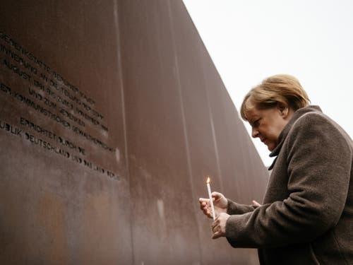 Kanzlerin Angela Merkel mit Kerze am Samstag an der Gedenkfeier zu 30 Jahre Mauerfall in Berlin. (Bild: Keystone/EPA/HAYOUNG JEON)
