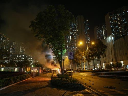 Demonstranten in Hongkong haben erneut Strassen blockiert und brennende Barrikaden errichtet. (Bild: KEYSTONE/EPA/JEROME FAVRE)