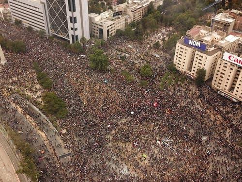 Zehntausende demonstrierten am Freitag in Santiago de Chile. (Bild: KEYSTONE/EPA EFE/RODRIGO SAEZ)