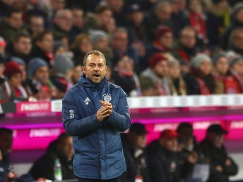 Bayerns Interimscoach Hansi Flick applaudiert seiner Mannschaft - und darf bis auf weiteres Cheftrainer bleiben (Bild: KEYSTONE/AP/MATTHIAS SCHRADER)