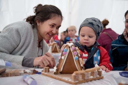 Julia Zumbühl verziert mit ihrem Göttibub Linus ihr Knsuperhäuschen. (Bild: Corinne Glanzmann, Malters, 9. November 2019)