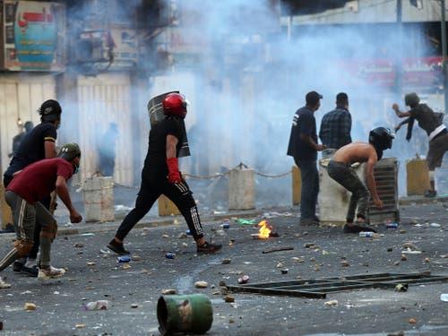 Die politischen Kräfte im Irak haben sich darauf verständigt, den durch die Proteste stark unter Druck geratenen Regierungschef Abdel Mahdi zu stützen und entschieden gegen die Protestbewegung vorzugehen. Am Samstag schossen Sicherheitskräfte mit scharfer Munition. Mehrere Menschen wurden getötet. (Bild: KEYSTONE/AP/HADI MIZBAN)