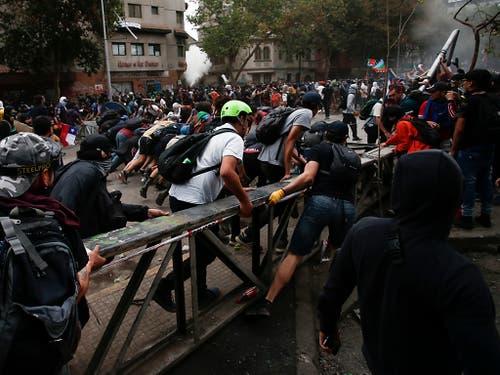 Chile kommt nicht zur Ruhe: In dem südamerikanischen Land hat es am Freitag erneut zahlreiche Demonstrationen sowie Ausschreitungen gegeben. (Bild: KEYSTONE/AP/LUIS HIDALGO)