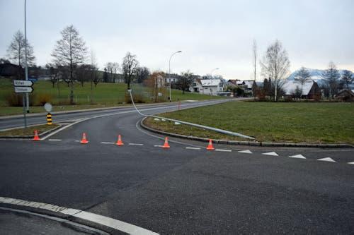 Hohenrain – 1. FebruarEin Lastwagen hat in Hohenrain eine Strassenlaterne und mehrere Verkehrssignale umgefahren. Danach fuhr er weiter, ohne sich um den Schaden zu kümmern. (Bild: Luzerner Polizei (Hohenrain, 1. Februar 2019))