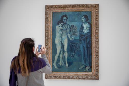 """Eine Frau betrachtet das Bild von Pablo Picasso """"La Vie, 1903"""" fotografiert am Freitag, 1. Februar 2019. (KEYSTONE/Patrick Straub)"""