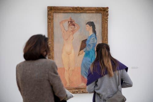 """Zwei Besucher betrachten das Bild """"La Toilette, 1906"""" von Pablo Picasso.(KEYSTONE/Patrick Straub)"""