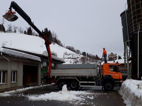 Nach dem Einsturzes eines Daches beim kantonalen Werkhof in Urnäsch wird der restliche Schnee vom Dach entfernt. (Bild: Departement Bau und Volkswirtschaft Appenzell Ausserrhoden)