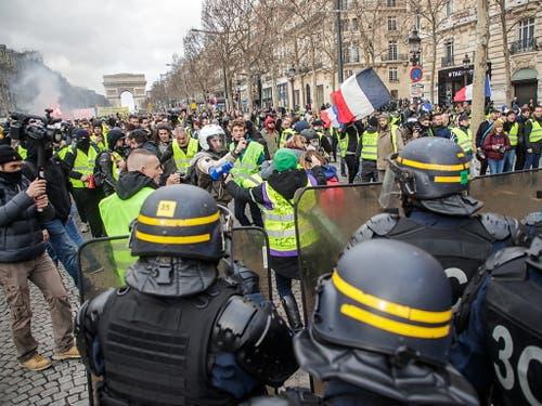 In Paris ist es rund drei Monate nach Beginn der Proteste bei «Gelbwesten»-Demonstrationen in Paris erneut zu Ausschreitungen mit mindestens einem Schwerverletzten gekommen. (Bild: KEYSTONE/EPA/CHRISTOPHE PETIT TESSON)