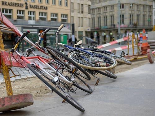 Sturmtief «Uwe» hat in Basel Spuren hinterlassen: Bauabschrankungen und Velos liegen am Boden. (Bild: KEYSTONE/GEORGIOS KEFALAS)