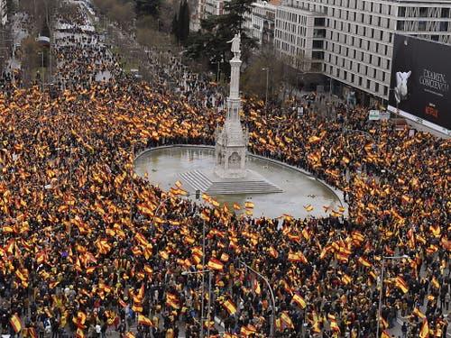 Die Grosskundgebung auf der zentralen Plaza de Colón, zu der die konservativen Oppositionsparteien und die rechtspopulistische Vox aufgerufen hatten, stand unter dem Motto: «Für ein vereintes Spanien: Wahlen jetzt!» (Bild: KEYSTONE/EPA EFE/VICTOR LERENA)