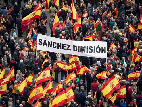 Am bislang grössten Protest in Spanien gegen die sozialdemokratische Regierung von Ministerpräsident Pedro Sanchez haben zehntausende Spanier am Sonntag in Madrid teilgenommen. (Bild: KEYSTONE/EPA EFE/LUCA PIERGIOVANNI)