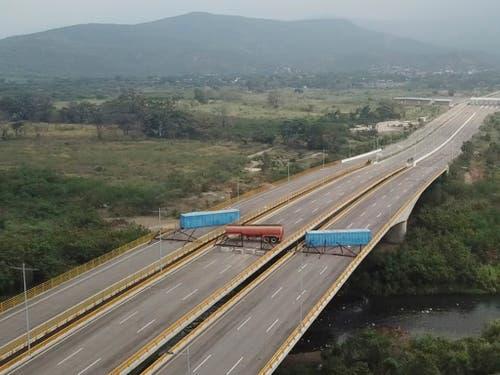 Stillstand: Für Hilfstransporte von Kolumbien nach Venezuela ist bei Cúcuta noch immer kein Durchkommen. (Bild: KEYSTONE/APTN)