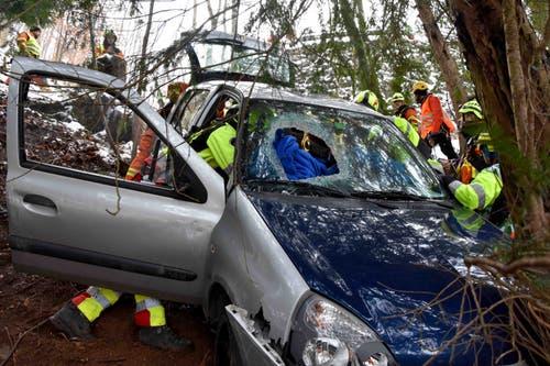 Das Unfallauto mit einem grossen Loch in der Windschutzscheibe. (Bild: Kapo Nidwalden (Stansstad, 9. Februar 2019))