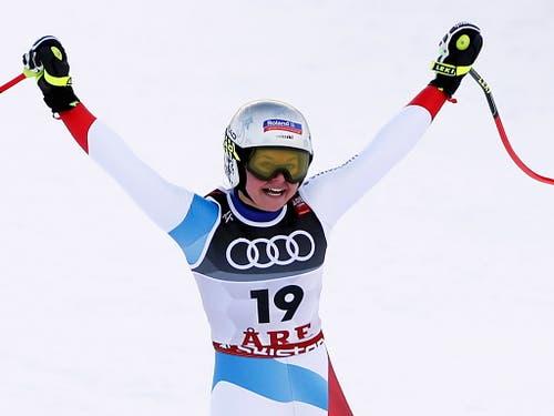 Corinne Suter reisst die Arme in die Höhe: nach Bronze im Super-G gewinnt sie Silber in der Abfahrt (Bild: Valdrin Xhemaj / Keystone)