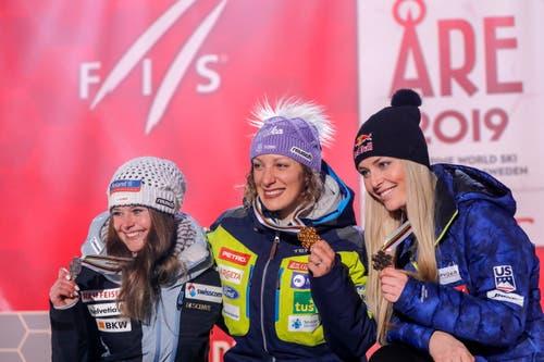 Podest in der Abfahrt: Ilka Stuhec (Mitte) vor Corinne Suter und Lindsey Vonn. (Bild: Valdrin Xhemaj / EPA)