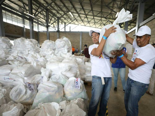 Hilfsgüter in einer Lagerhalle in der Nähe der Grenzstadt Cúcuta in Kolumbien. Nach Venezuela gebracht werden können sie nicht. (Bild: KEYSTONE/AP/FERNANDO VERGARA)