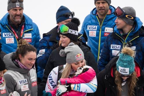 Lindsey Vonn küsst ihr Hündchen. (Bild: Jean-Christophe Bott / Keystone)