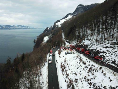 Mehr als 50 Personen, diverse Fahrzeuge und viel Material wurden für die Rettungsübung oberhalb Stansstad eingesetzt. (Bild: Kapo Nidwalden (Stansstad, 9. Februar 2019))