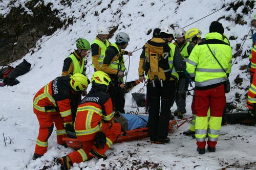 Vorsichtig wurden die Verletzten medizinisch versorgt geborgen und abtransportiert. (Bild: Sepp Odermatt (Stansstad, 9. Februar 2019))