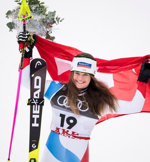 Corinne Suter strahlt über die zweite WM-Medaille. (Bild: Jean-Christophe Bott / Keystone)