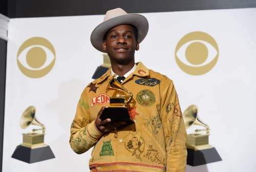 Leon Bridges mit dem Grammy für die beste traditionelle R&B-Darbietung («Bet Ain't Worth The Hand»). (Bild: Chris Pizzello/Invision/AP (Los Angeles, 10. Februar 2019))