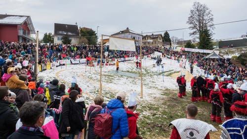 Das Kinderwagenrennen in Dietfurt findet nur alle vier Jahre statt. Rund 2000 Besucherinnen und Besucher liessen sich das Schauspiel nicht entgehen. (Bild: Sascha Erni, 10. Februar 2019)