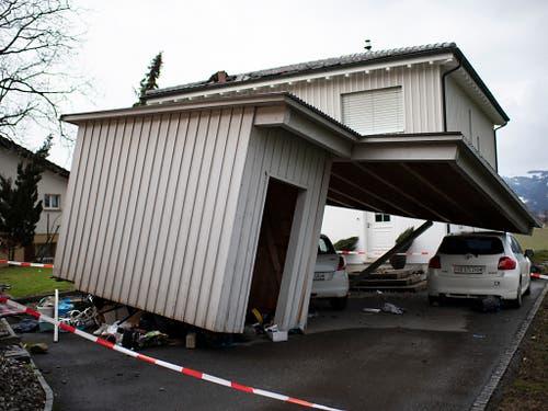 Die Schäden in Montlingen SG nach dem Sturm «Uwe» wurden erst am Montag ersichtlich. Laut der St. Galler Kantonspolizei wurden bis zu 20 Häuser beschädigt, zwei davon seien unbewohnbar. (Bild: KEYSTONE/GIAN EHRENZELLER)