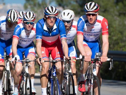 Das Team Groupama-FDJ mit Stefan Küng (rechts) bei einer Trainingsfahrt (Bild: KEYSTONE/LAURENT GILLIERON)