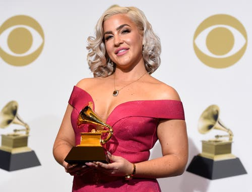 Joelle James posiert mit dem Grammy für den besten R&B-Song («Boo'd Up»). (Bild: Chris Pizzello/Invision/AP (Los Angeles, 10. Februar 2019))