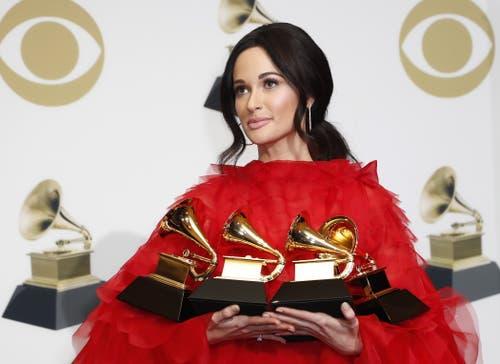 Countrysängerin Kacey Musgraves mit ihren vier Grammys, darunter auch die wichtigste Auszeichnung Album des Jahres («Golden Hour»). Die drei weiteren Grammys erhielt Musgraves für das beste Country-Album («Golden Hour»), den besten Coutry-Song («Space Cowboy») und die beste Country-Solodarbietung (Butterflys»). (Bild: John G. Mabanglo (Los Angeles, 10. Februar 2019))