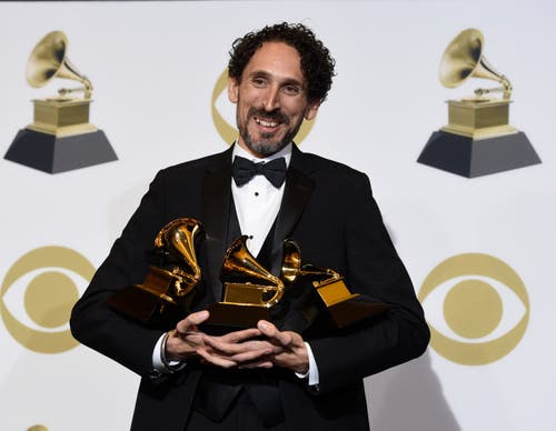 John Daversa freut sich über die Grammys für das beste improvisierte Jazz-Solo («Don't Fence Me In»), das beste Album eines grossen Jazz-Ensembles («American Dreamers: Voices of Hope, Music of Freedom»). und das beste Arrangement, instrumental or a cappella («Stars and Stripes Forever«). Leon Bridges mit dem Grammy für die beste traditionelle R&B-Darbietung («Bet Ain't Worth The Hand»). (Bild: Chris Pizzello/Invision/AP (Los Angeles, 10. Februar 2019))